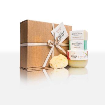 Produktbeschreibung: Box öffnen und Alltag vergessen - mit unserer liebevoll zusammengestellten Relax Box möchten wir Sie verwöhnen. Badezusatz, 2 Seifen, Gesichtsschwamm